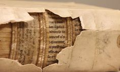 """Rayos-X en la encuadernación de libros antiguos revelan """"bibliotecas ocultas"""" de manuscritos medievales # Al pasar por rayos-X las encuadernaciones de libros de los siglos XV a XVII han revelado fragmentos de manuscritos de hace más de 1.300 años en su interior. Y lo que es más, no son ... »"""