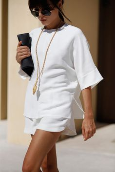 White is classic, always in trend and looks very chic! So why not rock this color this summer? Create a stylish all-white outfit in the style you like and Fashion Mode, Fast Fashion, Look Fashion, Fashion Trends, Fashion Bloggers, Fashion 2015, Fashion Weeks, Milan Fashion, Dress Fashion