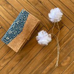 Compagnon Complice en liège naturel et bleu fleuri cousu par Fanny - Patron Sacôtin