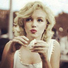 Marilyn Monroe Fotos de - Last.fm on We Heart It Marilyn Monroe Stil, Marilyn Monroe Fotos, Marilyn Monroe Clothes, Marylin Monroe Pictures, Marylin Monroe Style, Marilyn Monroe Wedding, Marilyn Monroe Makeup, Marilyn Monroe Tattoo, Julie London