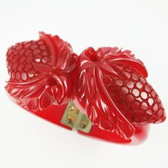 A beautiful 1930s red Bakelite carved clamper bracelet. #vintage #jewelry #Bakelite