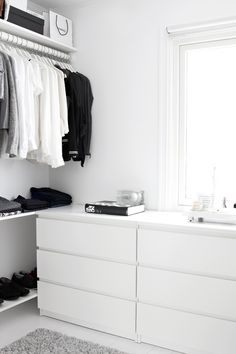 Walk-in-Closet on a low budget Dressing dans un esprit minimaliste Related posts: DIY Open Concept Schrank – Alicia Fashionista – … Mein neuer begehbarer Kleiderschrank! dresses in your closet Built out closet – Closet Walk-in, Closet Bedroom, Closet Space, Home Bedroom, White Closet, Walk In Closet Ikea, Tiny Closet, Bedroom Decor, White Wardrobe