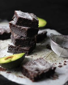 Want to make some low carb, sugar-free and gluten-feee brownies that are super creamy? Try these avocado ones! The avocado makes the brownies super creamy and delicious! These are sweetened with @nowfoodsofficial stevia powder and erythritol plus @lilys_sweets_chocolate dark chocolate chips! . Recipe link in bio :) #keto #recipe #lchf #sugarfree #pcos