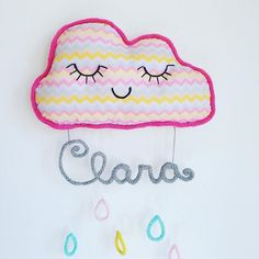 Porta Maternidade de nuvem da pequena Clara! info thazaffalon@gmail.com | whtatsapp 11 98115-6950 #nuvemrosa #portamaternidadepersonalizado #portamaternidade #crochê #handmade