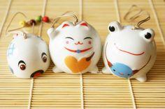 Clochette à vent en céramique kawaii du style japonais~~ petit carpe koï, maneki neko, maman grenouille et son bébé~~^v^ www.chezfee.com