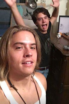 Dylan sprouses long hair has now become a lob Cole Sprouse Haircut, Cole Sprouse Funny, Sprouse Bros, Dylan Sprouse, Dan Howell, Cole Sprouse Aesthetic, Cole Spouse, Zack Y Cody, Cole Sprouse Jughead