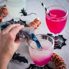 Need something easy and crazy for your Halloween party? Try this color changing drink without a single artificial ingredient!