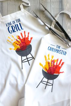 Handprint Grill Apron – That's What {Che} Said. DIY Aprons with Grills and children's handprint as grill flames Handprint Grill Apron – That's What {Che} Said. DIY Aprons with Grills and children's handprint as grill flames Handmade Father's Day Gifts, Diy Mothers Day Gifts, Fathers Day Crafts, Homemade Fathers Day Gifts, Handmade Art, Diy Gifts, Grill Apron, Bbq Apron, Free Happy Birthday