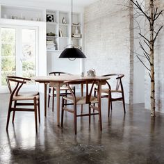 Wishbone Chair and Dining Table, both designed by Hans J. Wegner for Carl Hansen. Get The Originals at Dining Room Design, Dining Room Chairs, Dining Rooms, Office Chairs, Dining Tables, Chaise Dsw, Design Simples, Hans Wegner, Wishbone Chair