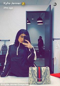 Kylie Jenner dons midnight blue wig at Hollywood studio with Tyga Kris Jenner, Trajes Kylie Jenner, Looks Kylie Jenner, Kendall And Kylie Jenner, Kylie Jenner Outfits, Kylie Jenner Pictures, Kourtney Kardashian, Kardashian Jenner, Maquillage Kylie Jenner