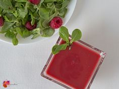 Dieses leckere und fruchtige Himbeerdressing ist eine perfekte Abwechslung im So… This delicious and fruity raspberry dressing is a perfect change in the summer. It tastes refreshing and goes well with barbecue. Healthy Fruits, Healthy Foods To Eat, Healthy Eating, Healthy Recipes, Summer Grilling Recipes, Summer Recipes, Fruit Recipes, Salad Recipes, Cheeseburgers