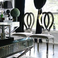 Håper du har hatt en fin dag  #myhome #sittingroom #livingroom #stue #decorlovers #decoracao #detaljer #inredningsinspo #inspiration #interieur #interiør #interiores #interior #interiordesign #bling #silverinterior #speilmøbler #blingbling #blingdecor #homedecoration #homedecore