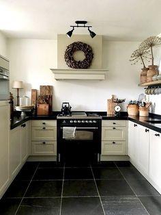 Keuken landelijke stijl Small Country Kitchens, Country Kitchen Farmhouse, Primitive Kitchen, Country Primitive, Warm Kitchen, Kitchen Corner, Little Kitchen, Custom Kitchens, Home Kitchens
