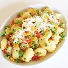 Ergibt 4 Portionen Zutaten: 500 g Gnocchi 1 rote Paprika 3 Möhren 5 Radieschen 1/2 reife Avocado frischer Zitronensaft 3 Frühlingszwiebeln 150 g Zucchini 50 g Parmesan frische Petersilie Knoblauchö…