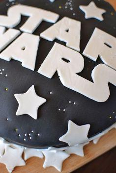 Galaktisches Essen kochen Du musst! Denn für die StarWars-Kindergeburtstagsparty wollen die jungen Jedi-Ritter auch standesgemäß versorgt werden. Diese Idee finden wir besonders süß. Danke dafür Dein balloonas.com #kindergeburtstag #balloonas #starwars #yoda essen #food