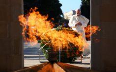 """Baku: il Papa in moschea senza le scarpe. """"Basta violenza in nome di Dio""""!"""