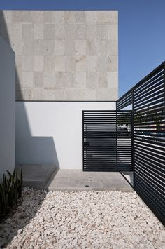 Awesome Volume House of Cereza 20 by Warm Architects in Cancun: Cool Cereza Home Design Exterior With Modern Outdoor Space With Concrete Wall And Floor Combined With Gravel Decoration Fence Landscaping, Backyard Fences, Fenced In Yard, Yard Fencing, Tor Design, Fence Design, House Design, Design Exterior, Interior And Exterior