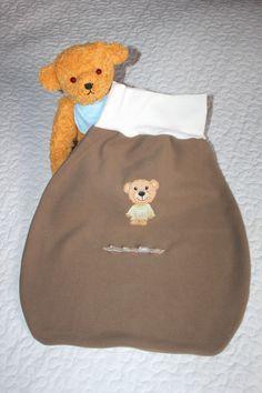 """Da man an Pucksäckchen fürs Baby nie genug haben kann, habe ich noch ein weiteres Modell - diesmal mit Gurtschlitz für einen Babysafe / MaxiCosi - genäht. In meinem letzten Blogpost """"Selbstgenäht: Babys erster Pucksack"""" habe bereits erklärt, wie du ganz einfach einen kuscheligen Pucksack nähen kannst. Hier möchte ich meine Nähanleitung für den Pucksack…"""