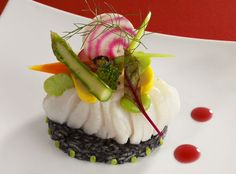 Dos de cabillaud iodé et son risotto à l'encre de seiche Fish Dishes, Serving Dishes, Food Design, Chefs, Food Gallery, Salty Foods, Exotic Food, Culinary Arts, Food Presentation