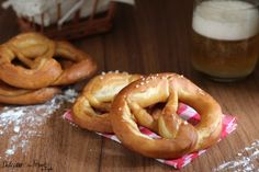 La ricetta originale tedesca dei Bretzel morbidi o Pretzel o Brezel, il famoso pane annodato tipico della Germania e del Sud Tirolo. Con lievito di birra. Croissants, Pretzel Bread, Good Food, Yummy Food, Snacks, Creative Food, Bread Baking, Italian Recipes, Delicious Desserts