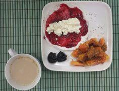 Café da manhã saudável: tapioca de queijo cottage com geléia de framboesa e chia. Mamão com chia e açúcar de coco. 2 ameixas seca. Café com leite.