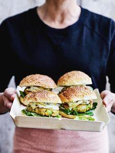 Burgers poulet-avocat - Erin K. I Love Food, Good Food, Yummy Food, Easy Cooking, Cooking Recipes, Avocado Burger, Avocado Pesto, Avocado Toast, Happy Foods