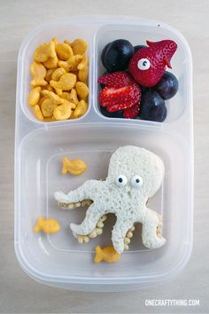 Amazing under the sea themed school lunch! or use for an under the sea birthday party (PB & Kix sandwich w/ candy eyes) Bento Box Lunch For Kids, Bento Kids, Kids Lunch For School, Lunch Snacks, Lunch Ideas, Creative School Lunches, Kid Snacks, School Ideas, Food Art For Kids
