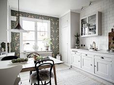 Home Interior Design — Nordic kitchen with fabulous wallpaper in. Home Interior, Modern Interior Design, Kitchen Interior, Interior Design Living Room, Kitchen Design, Nordic Kitchen, Cottage Renovation, Kitchen Wallpaper, Kitchen Dinning