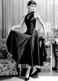 Audrey Hepburn, me sorprende el parecido que tiene con mi mamá cuando tenia esa edad, las fotos lo comprueban. (LAG).