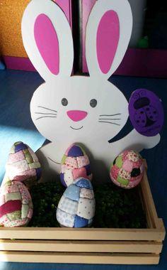 Estos originales huevos de Pascua los ha hecho Marta, que es la hija de Rosa, de la que ayer os enseñamos los huevos hechos en ganchillo. Por supuesto que también son para la guardería de Martita, así que imaginad la que han montado. Estos son de patchwork y en ellos han colaborado también las primas de Martita, que se llaman Rosita y María, ah y Rosa madre, que se ha currado el conejo. Son una pasada y a las enanas de la guarde les han encantado. Son como huevos de Fabergé pero de…