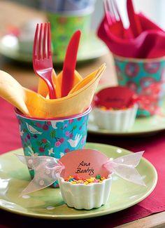 No encontro da garotada, os talheres de plástico vêm dentro do copo colorido