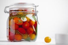Lightly salted tomatoes: The Russian way to keep summer in your food (RECIPE) - Russia Beyond Summer Tomato, Summer Fruit, Preserving Tomatoes, Varieties Of Tomatoes, Coriander Seeds, Russian Recipes, Fruits And Vegetables, Cherry Tomatoes, Spicy
