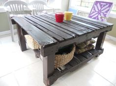 This table is made of two used upcycled pallets and 4×4 posts for the legs