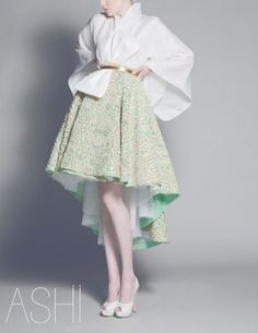 Not familar with Japanese wedding dresses but this is obviously a modern take It s beautiful walkingthruafog Japanese bride Ashi Studio, Japanese Fashion, Modern Japanese Clothing, Modern Kimono, Ethnic Fashion, Modern Fashion, Mode Inspiration, Look Cool, Costume Design
