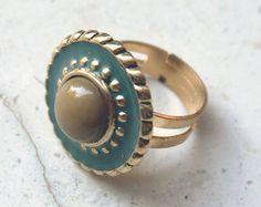 Anello dorato creato con bottone vintage anni 60, stile classico e retrò…