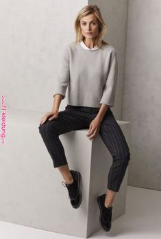 Minimalist Fashion Tips: Womens Minimal Outfits Minimal Fashion Style Tips. Minimal fashion Outfits for Women and Simple Fashion Style Inspiration. Minimalist style is probably basics when comes to style. Business Outfit, Business Casual Outfits, Office Outfits, Office Uniform, Stylish Outfits, Office Attire, Business Casual Sneakers, Office Wear, School Outfits