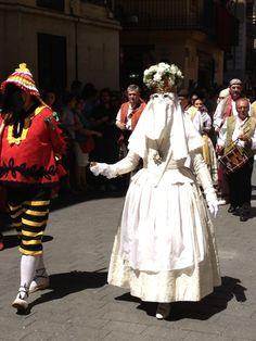 La Moma representa la virtud y los  momos,(con pantalones amarillos y negros) los Siete Pecados Capitales, se efectúa una danza que representa la lucha entre ellos y donde al final gana la virtud. Foto realizada por A. Goterris
