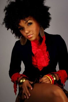 I <3 the outfit and Janelle Monae! She's so pretty and she's totally rockin' that au naturale look(;