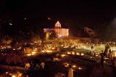 Cachemira musulmanes chiítas rezan en las tumbas de la luz de las velas de sus familiares durante Shab-e-Barat, en las afueras de Srinagar, India (Dar Yasin/AP)