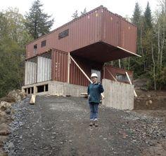 Localizar una empresa que se encargara de cortar sus contenedores (pagó por cada uno alrededor de 2.700 euros) fue el principal problema que tuvo Claudie Dubreuil a la hora de construir su casa, pero al final la encontró. (Foto: Facebook /Claudie Dubreuil).