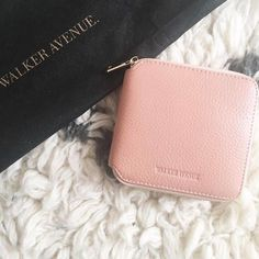 #EXCITING every time I see a photo of Walker Avenue out in the real world I do a happy dance. This photo comes via SWITZERLAND! 😱🙌🏻 Thanks for the photo @leaslittleworld l, we hope you love your new Drive wallet. (Salmon is almost