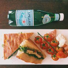 """Focaccia with mozzarella, ham and pesto sauce"" Pesto Sauce, Fresh Rolls, Mozzarella, Ham, Twitter, Ethnic Recipes, Food, Artists, Hams"