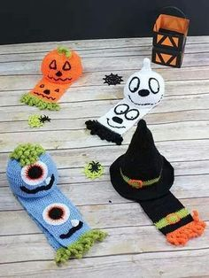 Here are some of the most adorable, creative, and unique Halloween crochet patterns you'll find this season! Use these crochet (and a couple of knitting) patterns as inspiration for your Hall… Crochet Fall, Holiday Crochet, Free Crochet, Crochet Crafts, Yarn Crafts, Crochet Projects, Crochet Ideas, Halloween Hats, Fete Halloween