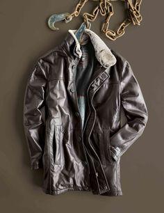 HIRMER-TIPP: Lange Lederjacke von PIERRE CARDIN. Mit abnehmbarem Fellkragen, Reißverschluss und Knopfl eiste.