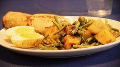 Recept voor een lekkere vegetarische roti met kousenband, uien, ei en aardappel. Alleen de heerlijke geur in je huis is al genoeg beloning.
