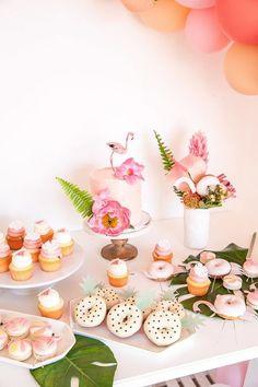 On imagine un buffet agrémenté de plantes et fleurs exotiques