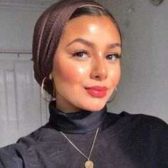 Our makeup brushes and cosmetics are for beauty enthusiasts and professional makeup artists alike. Shop Sigma's award-winning brushes for the best in beauty! Modest Fashion Hijab, Casual Hijab Outfit, Muslim Fashion, Fashion Outfits, Hijab Turban Style, Mode Turban, Hair Scarf Styles, Hair Wrap Scarf, Hijabi Girl