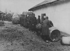 Румынские солдаты в очереди за вином в деревне в Приднестровье