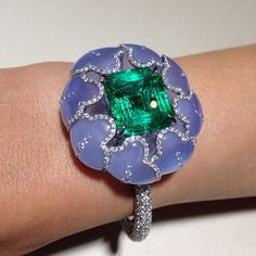 Chalcedony and a 13.89ct emerald cut Colombian #emerald come together in perfect harmony in this beautiful #Boghossian #cuff @masterpiecelndn #luxury #highjewellery #chalecdony