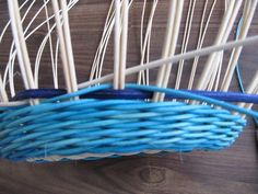 Обалденный Узор!!!! Плетение из газет: csirith Weaving Patterns, Upcycled Crafts, Basket Weaving, Clothes Hanger, Projects To Try, Baskets, Picnic, Hampers, Wicker